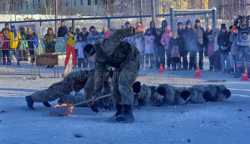 Desempenho da demonstração das tropas da aterrissagem do exército do russo dentro foto de stock
