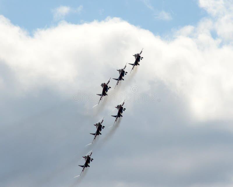 Desempenho da equipe aerobatic de Swifts nos lutadores MiG-29 altamente manobráveis de múltiplos propósitos sobre o aeródromo de  imagens de stock royalty free