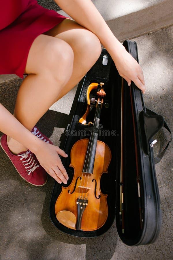 Desempenho da música clássica do instrumento do violino fotos de stock