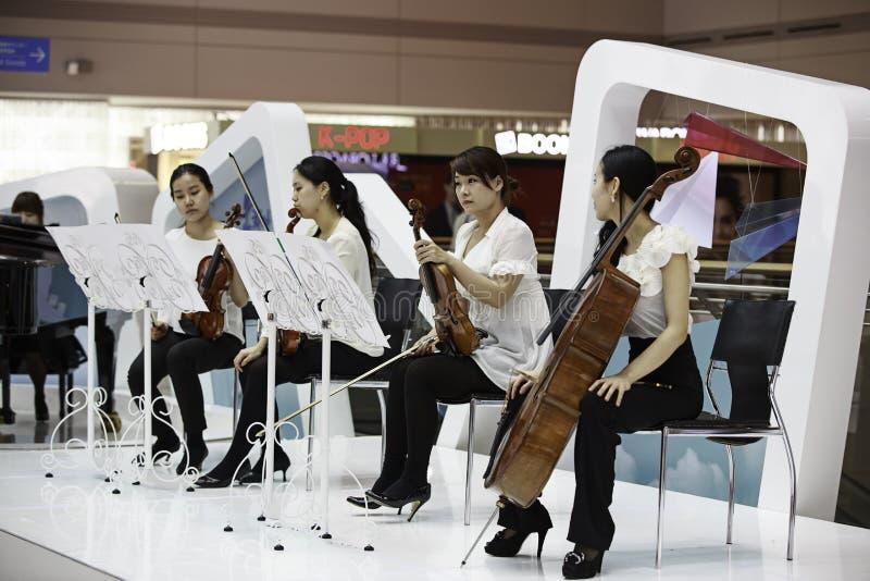 Desempenho da música do aeroporto de Incheon imagens de stock royalty free