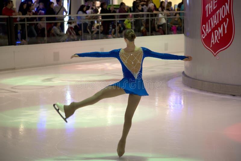 Desempenho da patinagem artística na galeria Dallas imagens de stock