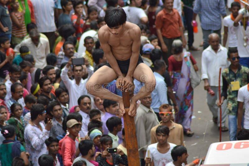 Desempenho de Mallakhamba (ginástica indiana) na rua foto de stock royalty free