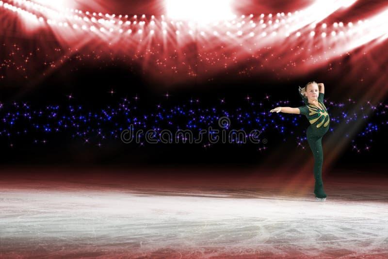 Desempenho de patinadores novos, mostra de gelo fotografia de stock royalty free