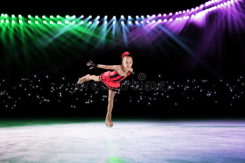Desempenho de patinadores novos, mostra de gelo fotos de stock royalty free