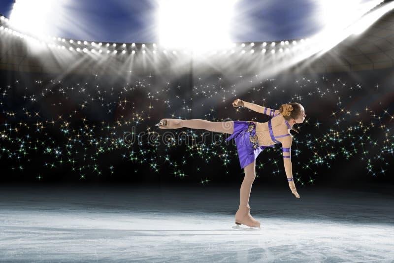 Desempenho de patinadores novos, mostra de gelo imagem de stock