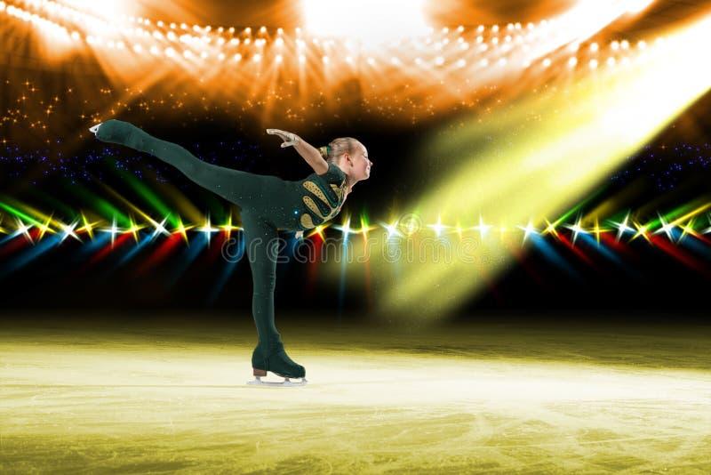 Desempenho de skateres novos, mostra de gelo imagens de stock royalty free