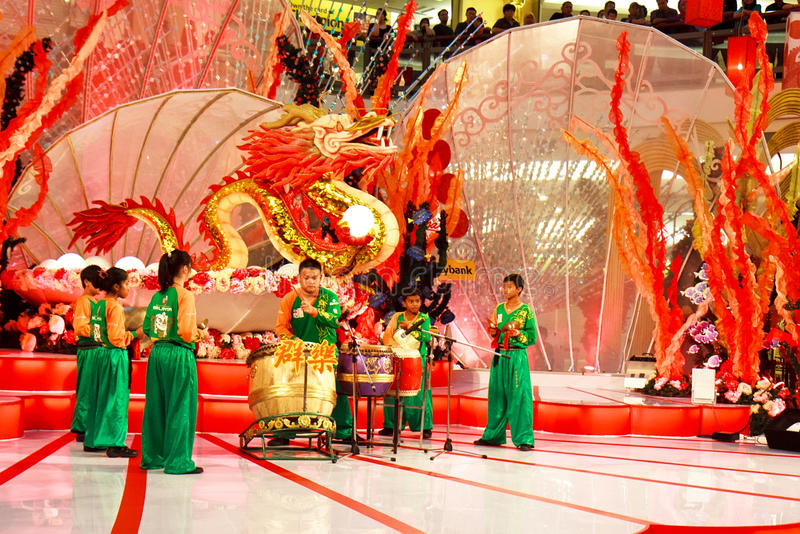 Desempenho do cilindro para comemorar o ano novo chinês foto de stock royalty free