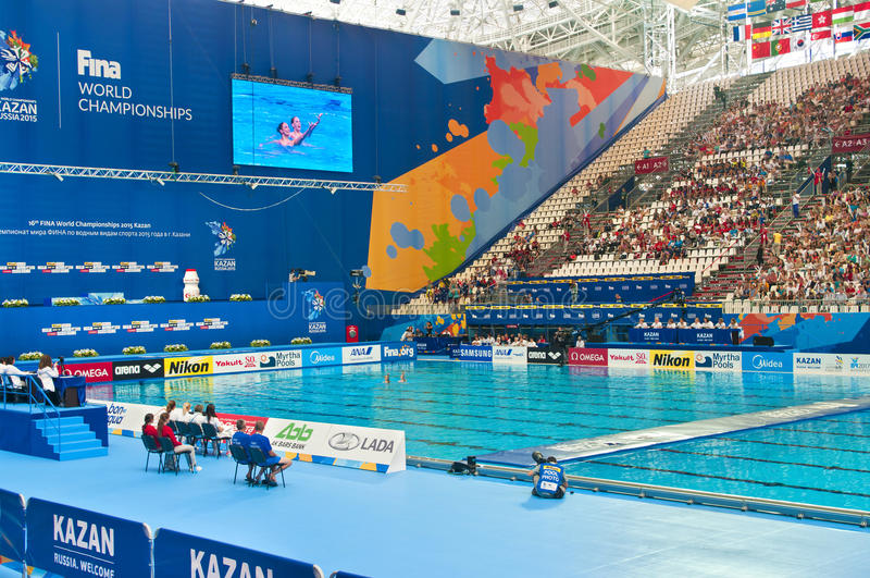 Desempenho do dueto da natação sincronizada imagens de stock