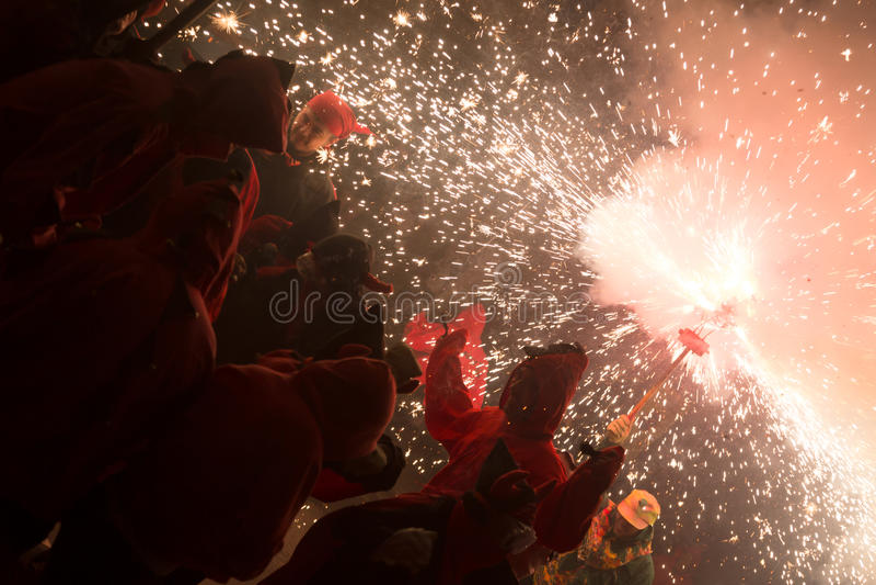Desempenho dos fogos-de-artifício na festa de antonio sant imagens de stock royalty free