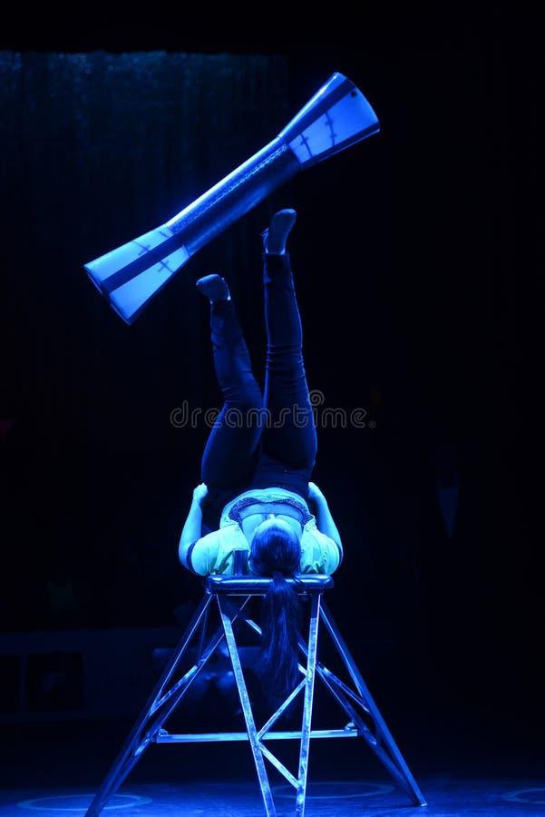 Desempenho ginástico, artista do circo, acrobata azul imagem de stock royalty free