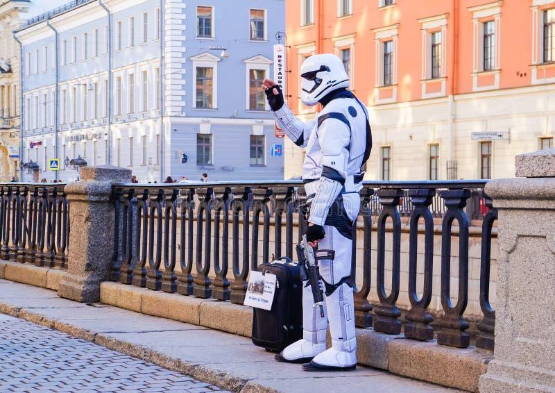 Desempenho no ar livre em St Petersburg pantomime No verão de 2016 Desempenhos da rua a apreciação da vida foto de stock royalty free