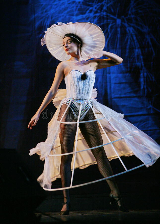 Desempenho por meninas bonitas nos roupas de grife brancos - forme o bailado, o fundo dos dançarinos fotografia de stock royalty free