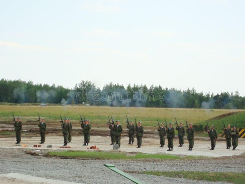 Desempenho teatral dos soldados no festival imagem de stock