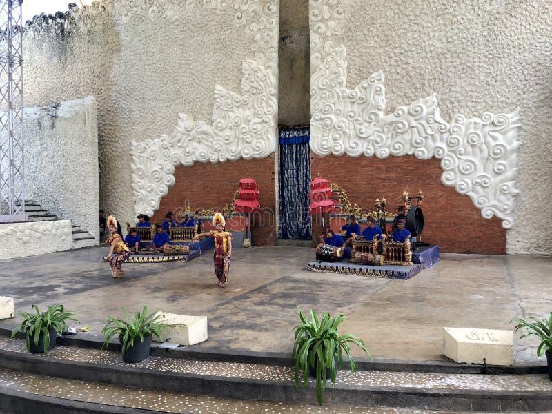 Desempenhos da dança do Balinese na fase na manhã em Garuda Wisnu Kencana GWK em Bali em Indonésia fotografia de stock