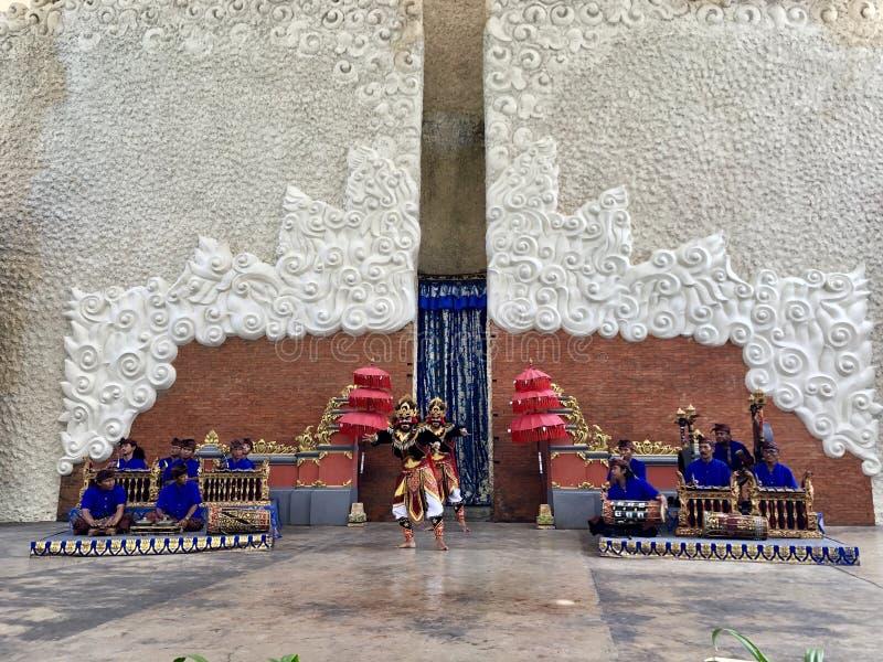 Desempenhos da dança do Balinese na fase na manhã em Garuda Wisnu Kencana GWK em Bali em Indonésia fotografia de stock royalty free