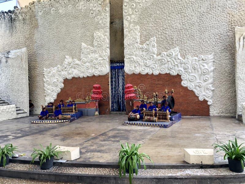 Desempenhos da dança do Balinese na fase na manhã em Garuda Wisnu Kencana GWK em Bali em Indonésia imagens de stock