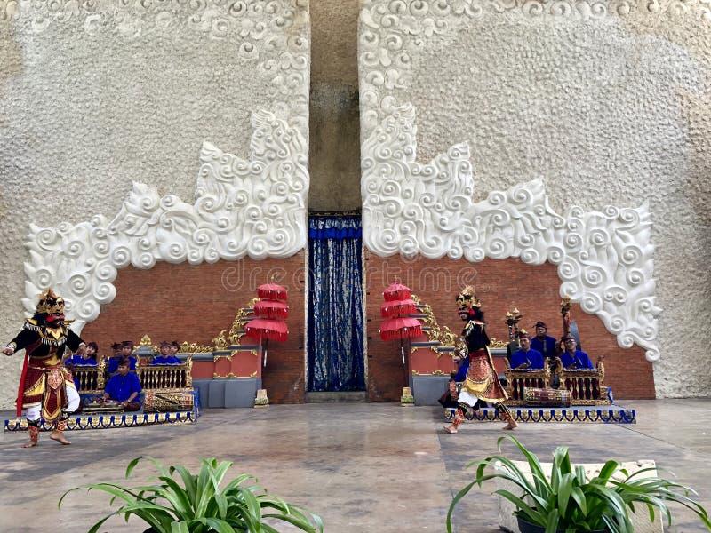 Desempenhos da dança do Balinese na fase na manhã em Garuda Wisnu Kencana GWK em Bali em Indonésia fotos de stock royalty free
