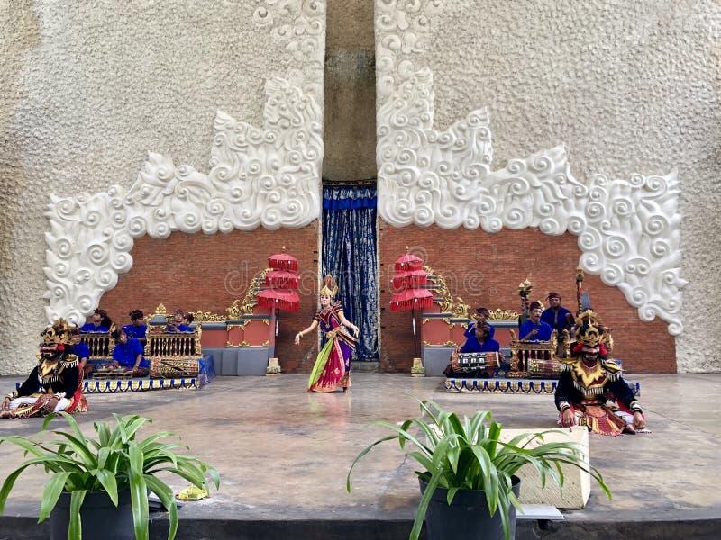 Desempenhos da dança do Balinese na fase na manhã em Garuda Wisnu Kencana GWK em Bali em Indonésia fotos de stock