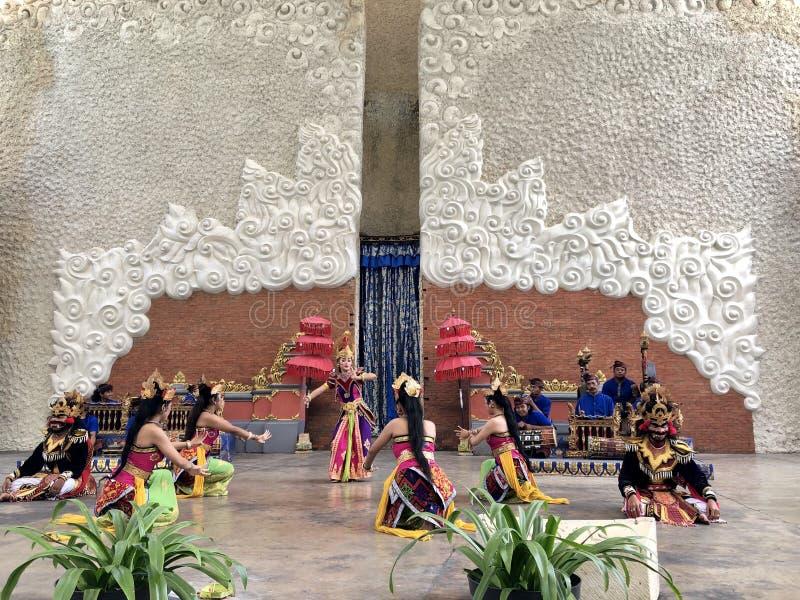 Desempenhos da dança do Balinese na fase na manhã em Garuda Wisnu Kencana GWK em Bali em Indonésia foto de stock