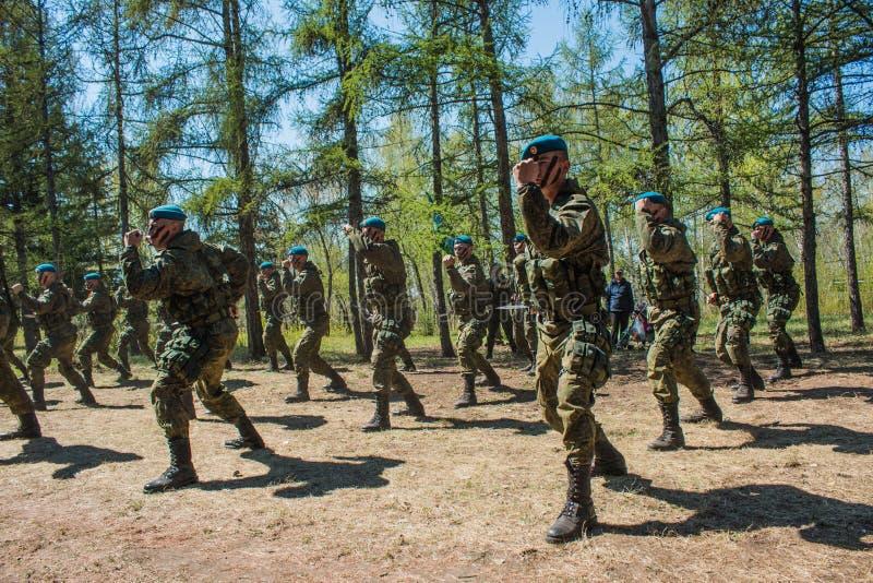 Desempenhos da demonstração de soldados das tropas transportadas por via aérea do russo em grande Victory Day Omsk no 9 de maio d imagens de stock royalty free