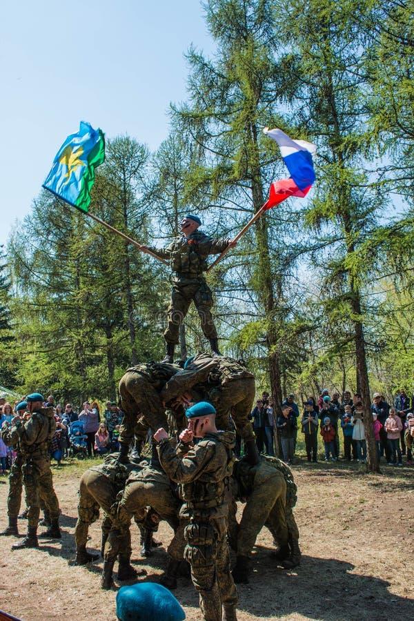 Desempenhos da demonstração de soldados das tropas transportadas por via aérea do russo em grande Victory Day Omsk no 9 de maio d imagens de stock