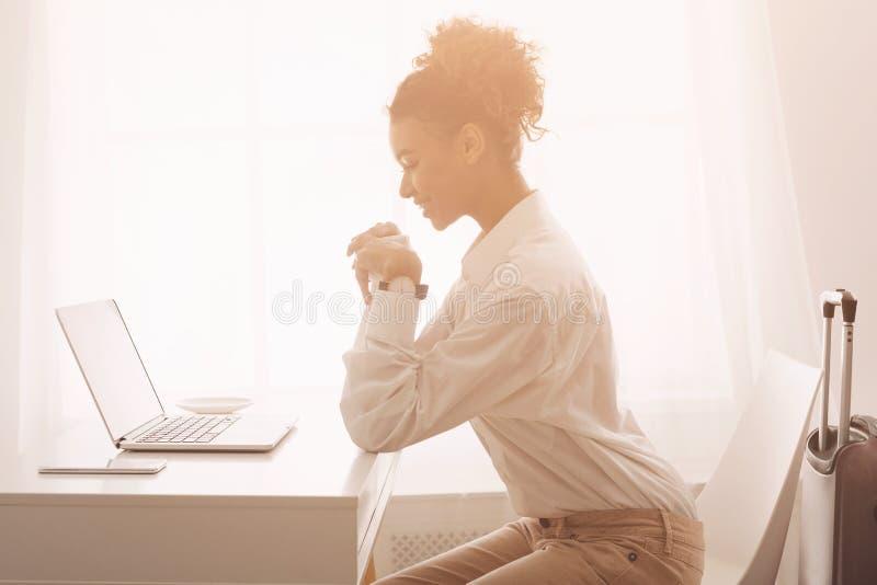 Desengate de negócio Mulher de negócios que trabalha no portátil, tendo a reunião em linha fotografia de stock