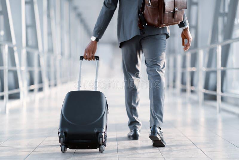 Desengate de neg?cio Homem de negócios Carrying Suitcase, vista traseira fotos de stock