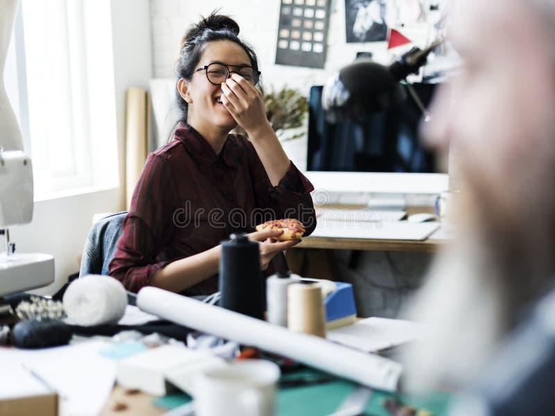 Desenhador de moda alegre que guarda uma pizza fotos de stock royalty free