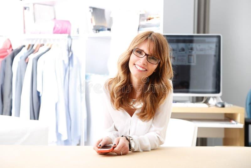 Desenhador de moda bonito que trabalha em seu estúdio fotografia de stock