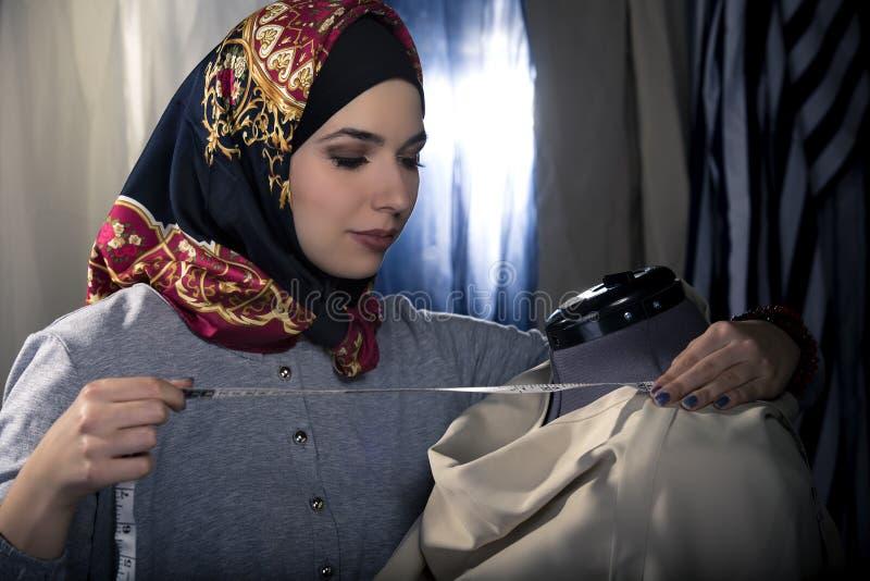 Desenhador de moda conservador com Hijab imagem de stock