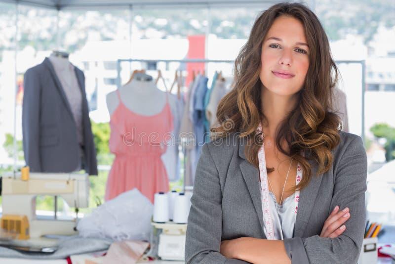 Desenhador de moda de sorriso com os braços dobrados foto de stock