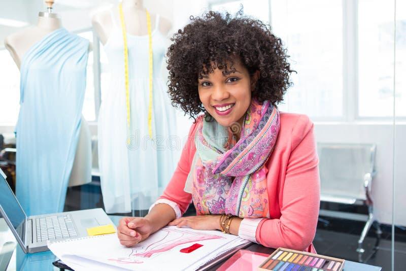 Desenhador de moda fêmea atrativo no trabalho foto de stock