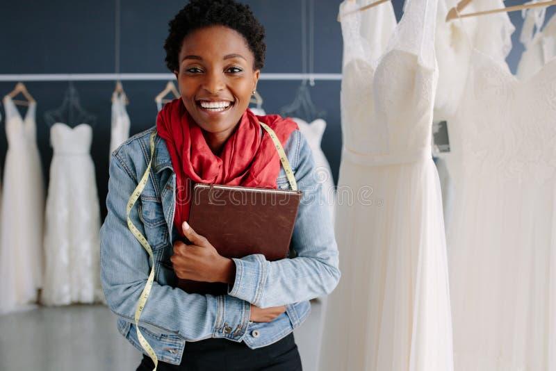 Desenhador de moda fêmea do casamento em um boutique nupcial foto de stock royalty free