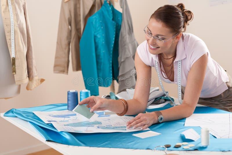 Desenhador de moda fêmea que trabalha no estúdio fotos de stock