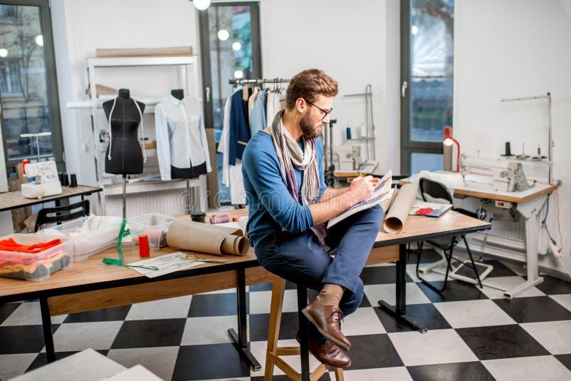 Desenhador de moda no estúdio imagem de stock