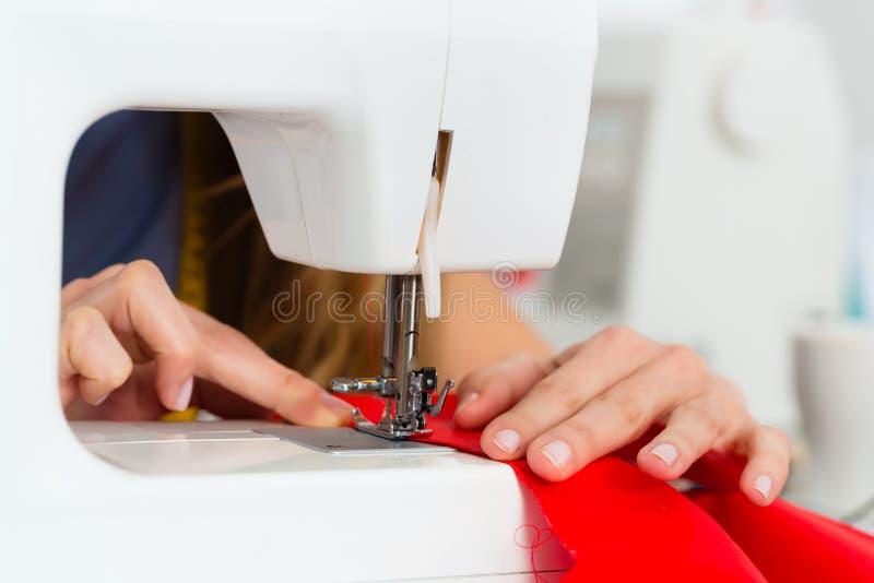 Desenhador de moda ou alfaiate que trabalham no estúdio foto de stock royalty free