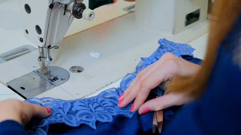 Desenhador de moda profissional que trabalha no estúdio da costura imagem de stock royalty free