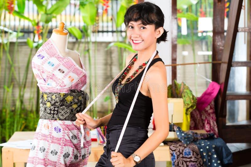 Desenhador de moda que trabalha em casa fotografia de stock royalty free
