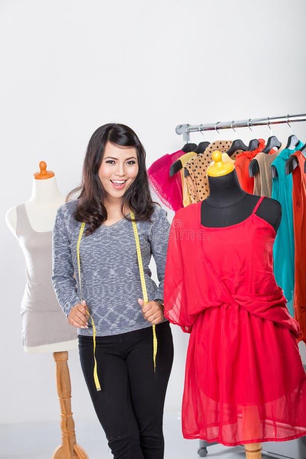 Desenhador de moda que trabalha em casa em um projeto ou em um esboço imagens de stock