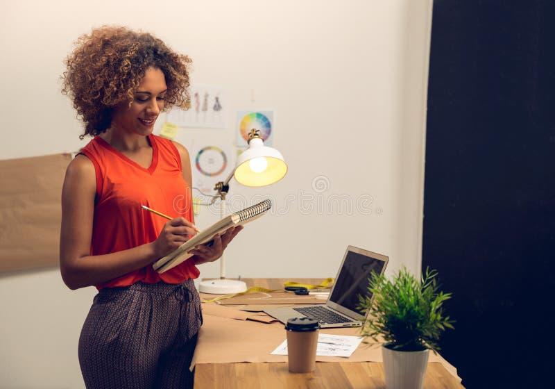 Desenhador de moda que trabalha em sua oficina fotos de stock