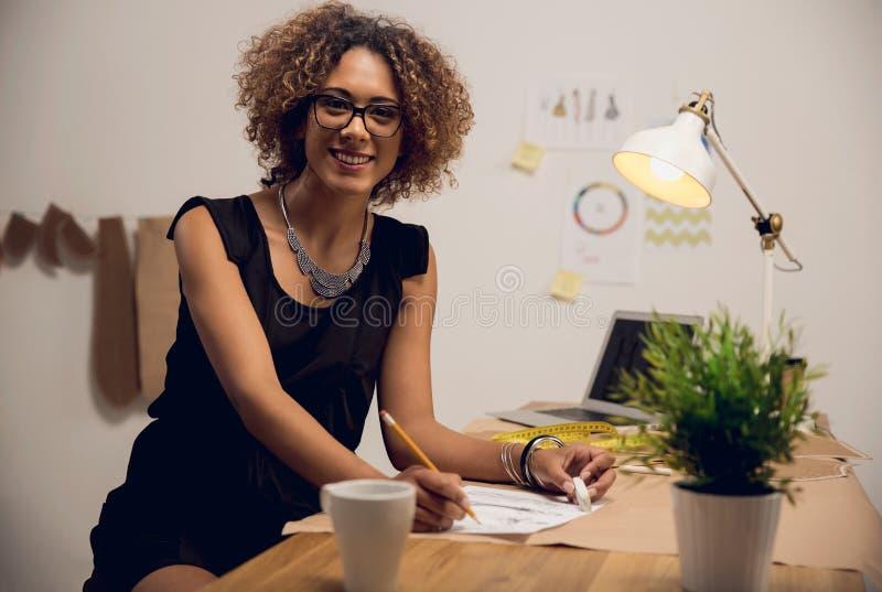 Desenhador de moda que trabalha em sua oficina fotos de stock royalty free