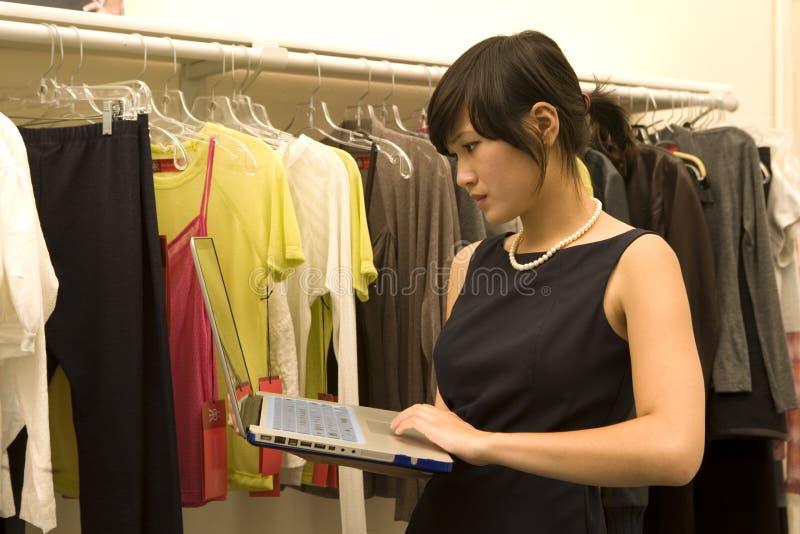 Desenhador de moda que trabalha no portátil foto de stock