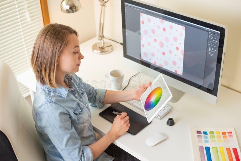 Desenhador gr?fico Trabalho com cor no projeto Conceito de projeto do Web freelancer Arte fotografia de stock