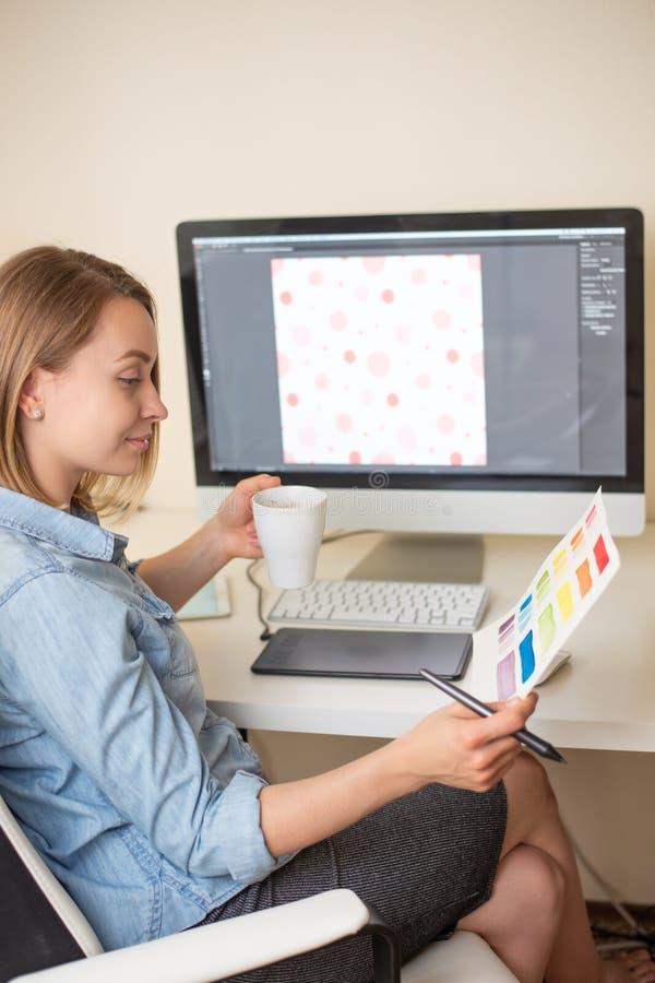 Desenhador gr?fico Trabalho com cor no projeto Conceito de projeto do Web freelancer Arte fotos de stock