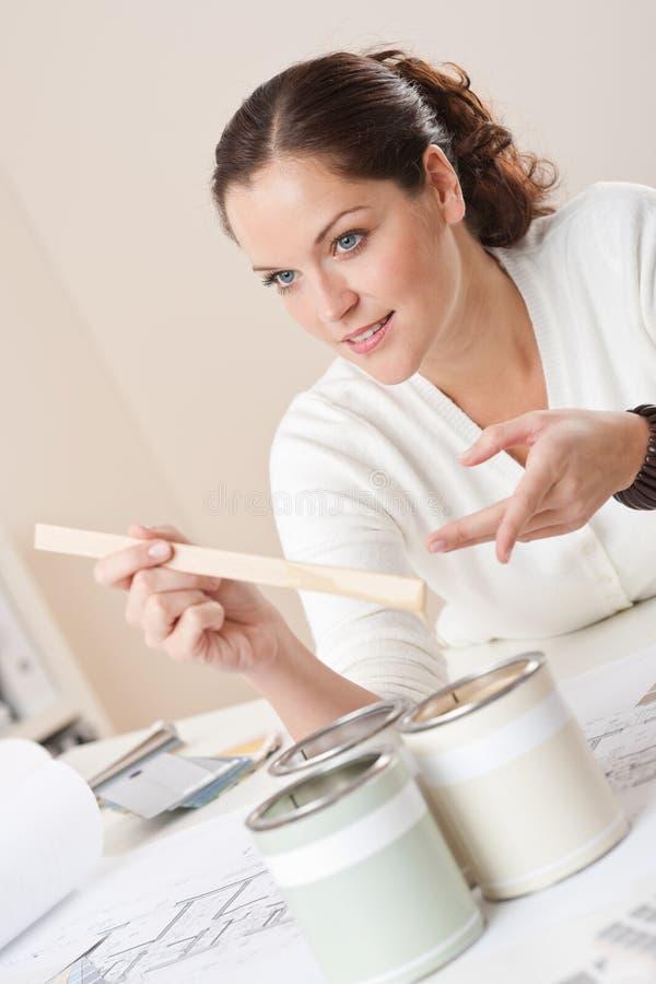 Desenhador interior fêmea com as latas da pintura foto de stock royalty free