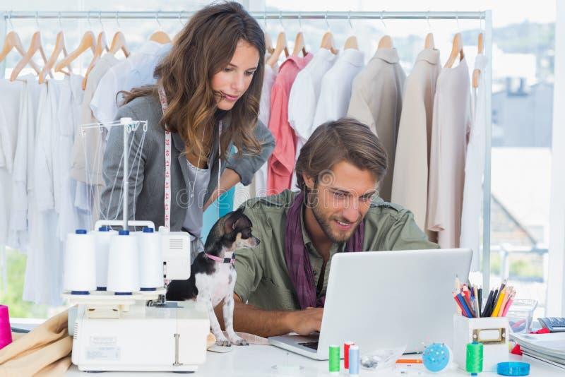 Desenhadores de moda com funcionamento da chihuahua fotografia de stock royalty free