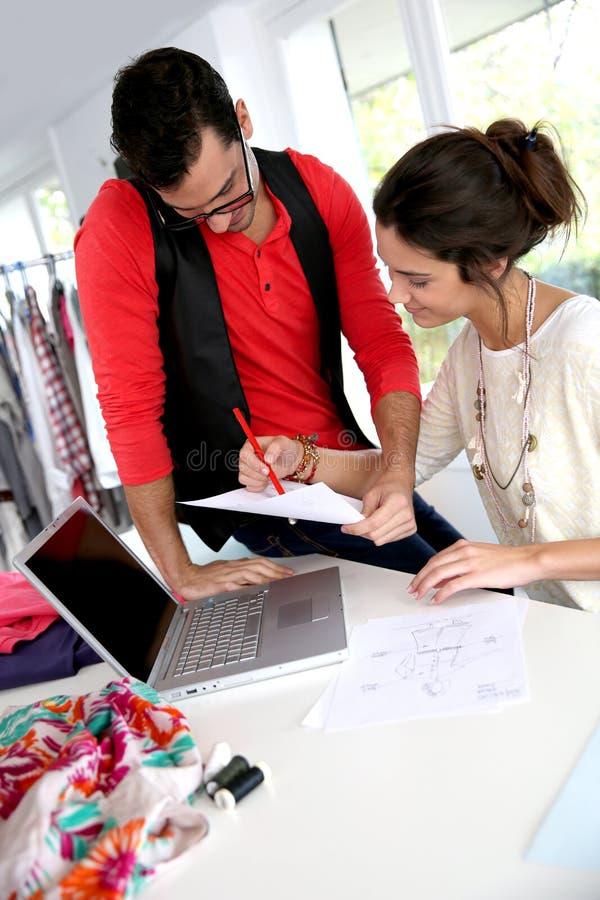 Desenhadores de moda no trabalho imagens de stock