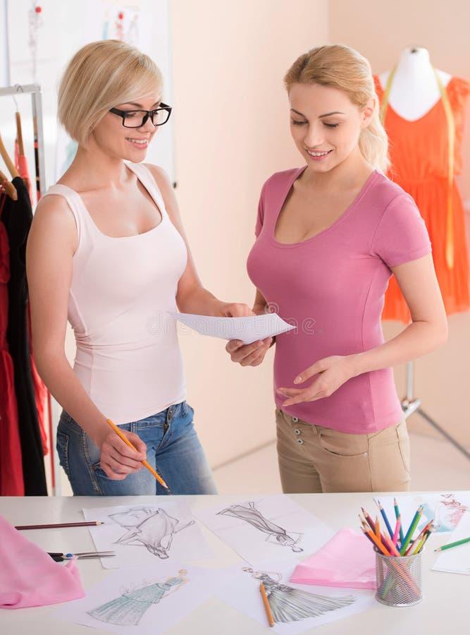 Desenhadores de moda no trabalho. imagem de stock royalty free