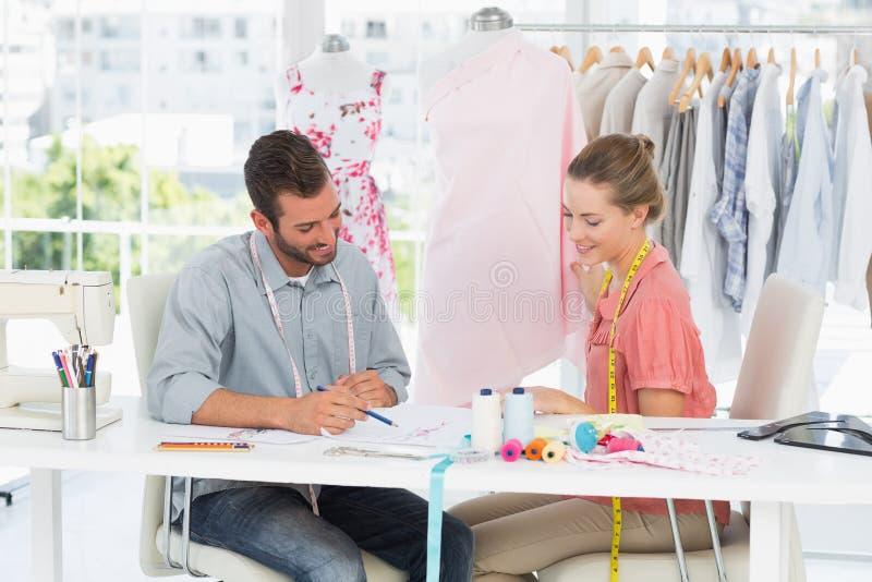 Desenhadores de moda no trabalho no estúdio brilhante fotos de stock