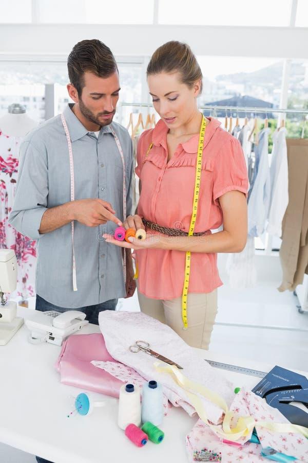 Desenhadores de moda no trabalho no estúdio brilhante fotografia de stock